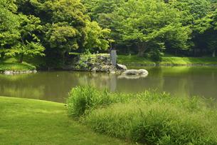 小石川後楽園・大泉水と蓬莱島の写真素材 [FYI04803524]