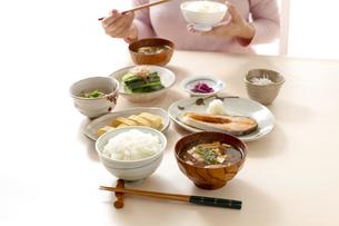 和食の朝食、味噌汁と御飯の写真素材 [FYI04803624]
