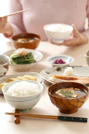 和食の朝食、味噌汁と御飯の写真素材 [FYI04803625]