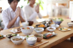 日本人の食事、いただきますの写真素材 [FYI04803634]