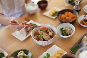 和食を食べる、筑前煮、の写真素材 [FYI04803638]