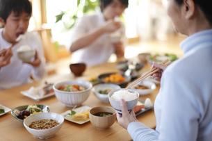 家族の食事、和食、の写真素材 [FYI04803640]
