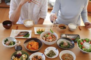 タイト夫婦で食事、和食の写真素材 [FYI04803643]