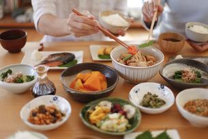 夫婦で食事、和食の写真素材 [FYI04803644]