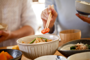 夫婦で食事、筑前煮、和食、の写真素材 [FYI04803646]