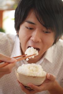 飯を食う、食べる若者、食欲の写真素材 [FYI04803648]