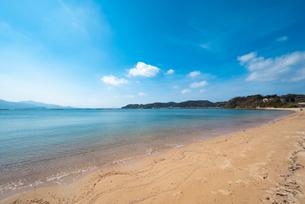 糸島のビーチ、透き通る海と空の写真の写真素材 [FYI04803737]