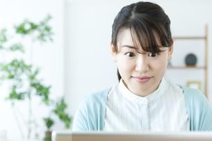パソコンをする女性の写真素材 [FYI04803754]
