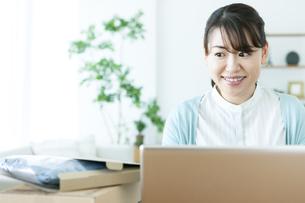 ネットショッピングする女性の写真素材 [FYI04803756]