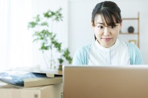 ネットショッピングする女性の写真素材 [FYI04803757]