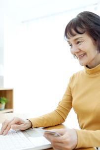 ネットショッピングをするシニア女性の写真素材 [FYI04803790]