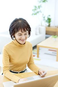 ネットショッピングをするシニア女性の写真素材 [FYI04803791]