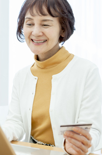 ネットショッピングをするシニア女性の写真素材 [FYI04803792]