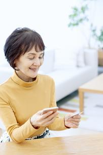 ネットショッピングをするシニア女性の写真素材 [FYI04803793]