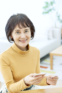 ネットショッピングをするシニア女性の写真素材 [FYI04803794]