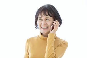スマートフォンで通話するシニア女性の写真素材 [FYI04803798]