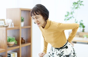 腰を押さえるシニア女性の写真素材 [FYI04803803]