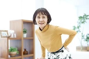 腰を押さえるシニア女性の写真素材 [FYI04803805]
