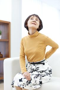 腰を押さえるシニア女性の写真素材 [FYI04803806]