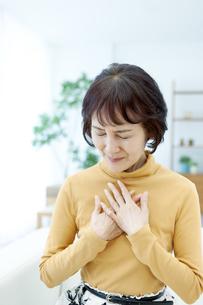 胸元に両手をあてるシニア女性の写真素材 [FYI04803808]