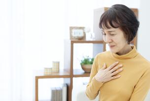 胸元に手をあてるシニア女性の写真素材 [FYI04803810]