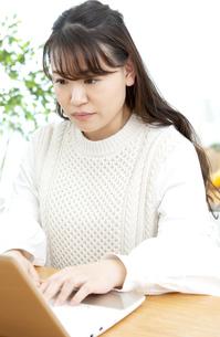 パソコンを操作する女性の写真素材 [FYI04803824]