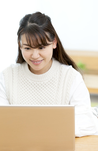 パソコンを操作する女性の写真素材 [FYI04803825]
