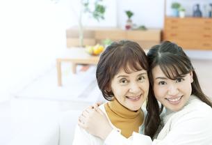 笑顔の親子の写真素材 [FYI04803833]
