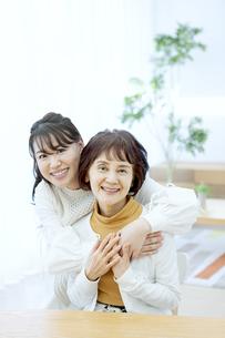 笑顔の親子の写真素材 [FYI04803838]