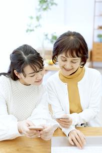 ネットショッピングする親子の写真素材 [FYI04803849]