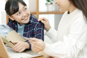 ネットショッピングする親子の写真素材 [FYI04803869]