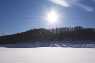 冬の丘と太陽 夕景の写真素材 [FYI04803936]