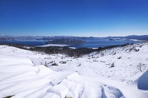 屈斜路湖と雪紋の写真素材 [FYI04803958]