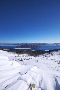 屈斜路湖と雪紋の写真素材 [FYI04803960]