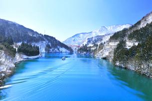 冬の北陸 庄川峡の雪景色と遊覧船に快晴の空の写真素材 [FYI04804029]