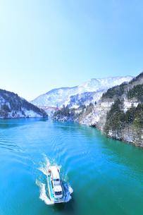 冬の北陸 庄川峡の雪景色と遊覧船の写真素材 [FYI04804030]