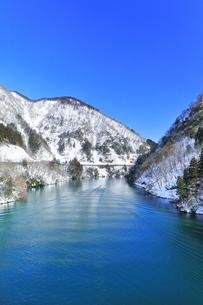 冬の北陸 庄川峡の雪景色と遊覧船に快晴の空の写真素材 [FYI04804032]