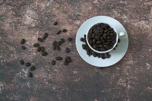 コーヒ豆とコーヒカップの写真素材 [FYI04804074]