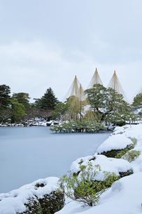 北陸金沢 兼六園の雪景色の写真素材 [FYI04804454]