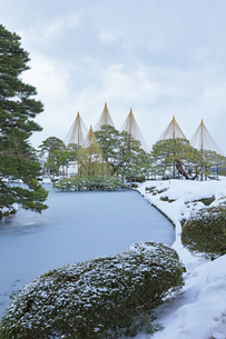 北陸金沢 兼六園の雪景色の写真素材 [FYI04804455]