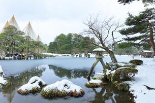 北陸金沢 兼六園の雪景色の写真素材 [FYI04804460]