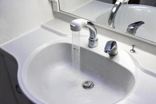 洗面台のシンクに水を流すの写真素材 [FYI04804495]