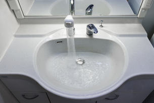 洗面台の白いシンクの写真素材 [FYI04804497]