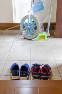 玄関に置かれた子供の靴の写真素材 [FYI04804502]