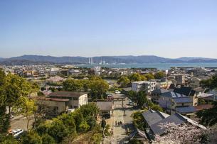 和歌山・和歌浦天満宮から眺める海辺の街の写真素材 [FYI04804542]
