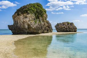 巨大な琉球石灰岩が立ち並ぶ新原ビーチの写真素材 [FYI04804654]