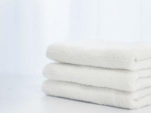 洗濯し部屋で畳んだタオル。家事・ライフスタイルのイメージ。の写真素材 [FYI04804669]