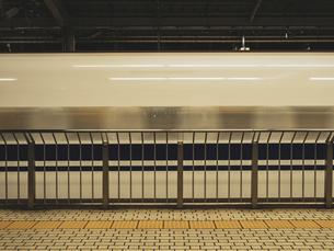 【交通】新幹線が通り過ぎる様子 鉄道の写真素材 [FYI04804687]