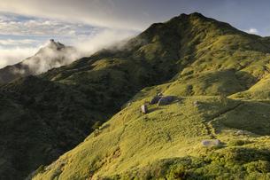 朝日を受ける宮浦岳の写真素材 [FYI04804704]