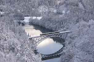 冬の只見川と只見線の写真素材 [FYI04804754]